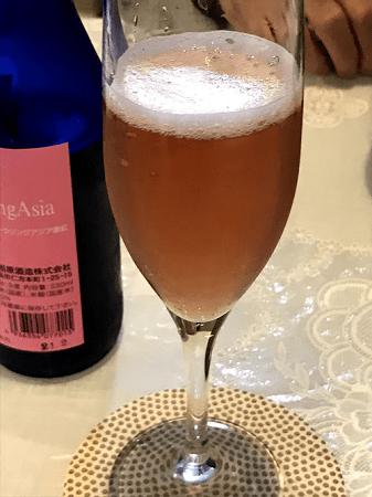 グラスに注いだ、雨後の月 微紅スパークリング